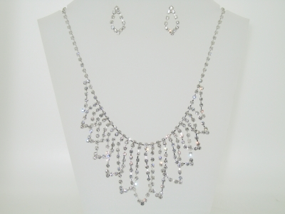 DIAMANTE NECKLACE SET.