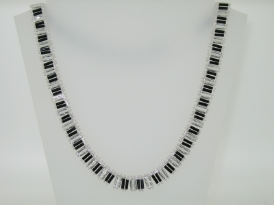 BLACK AND ROLLED NECKLACE.